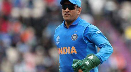 آئی سی سی نے دھونی کے گلوز سے بھارتی فوج کا نشان ہٹانے کا مطالبہ کیا ۔ سابق کھلاڑیوں نے قانون کی خلاف ورزی بتایا