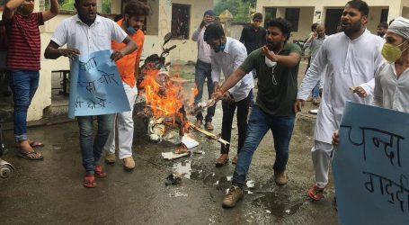 رام جنم بھومی گھوٹالہ کے خلاف این ایس یو آئی کا مظاہرہ، پی ایم مودی کا پُتلہ نذر آتش