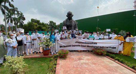 پیگاسس جاسوسی معاملہ پر ہنگامہ جاری، کانگریس ارکان پارلیمنٹ گاندھی کے مجسمہ پر سراپا احتجاج